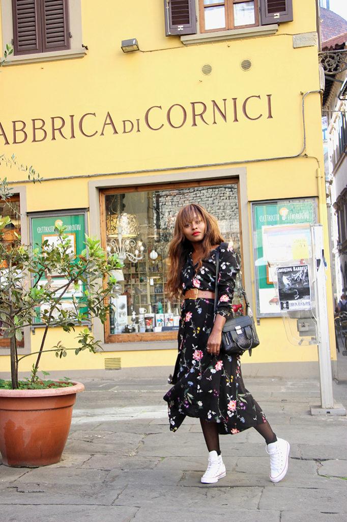 Robe longue fleurie et basket Converse  un look simple pour les vacances f714ab7a2dfa