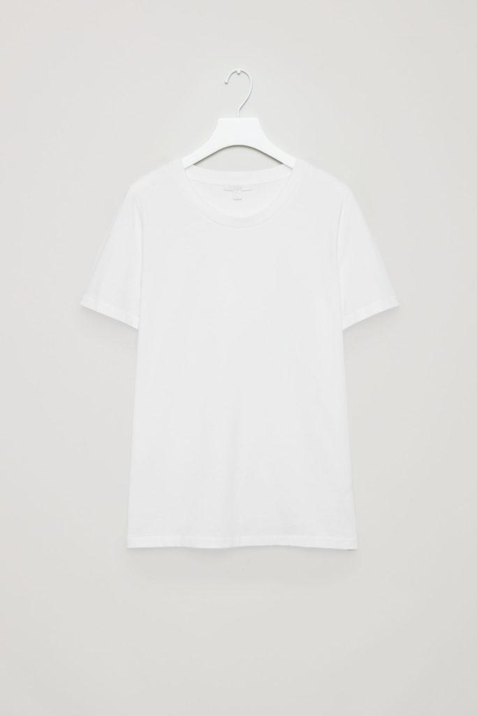 look avec un t-shirt blanc COS