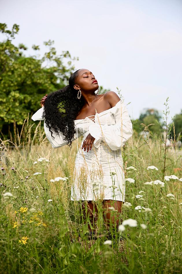 blogueuse noire petite robe blanche pour été