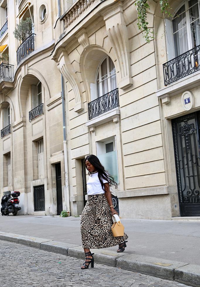 blogueuse mode blogueuse en jupe léopard et t-shirt
