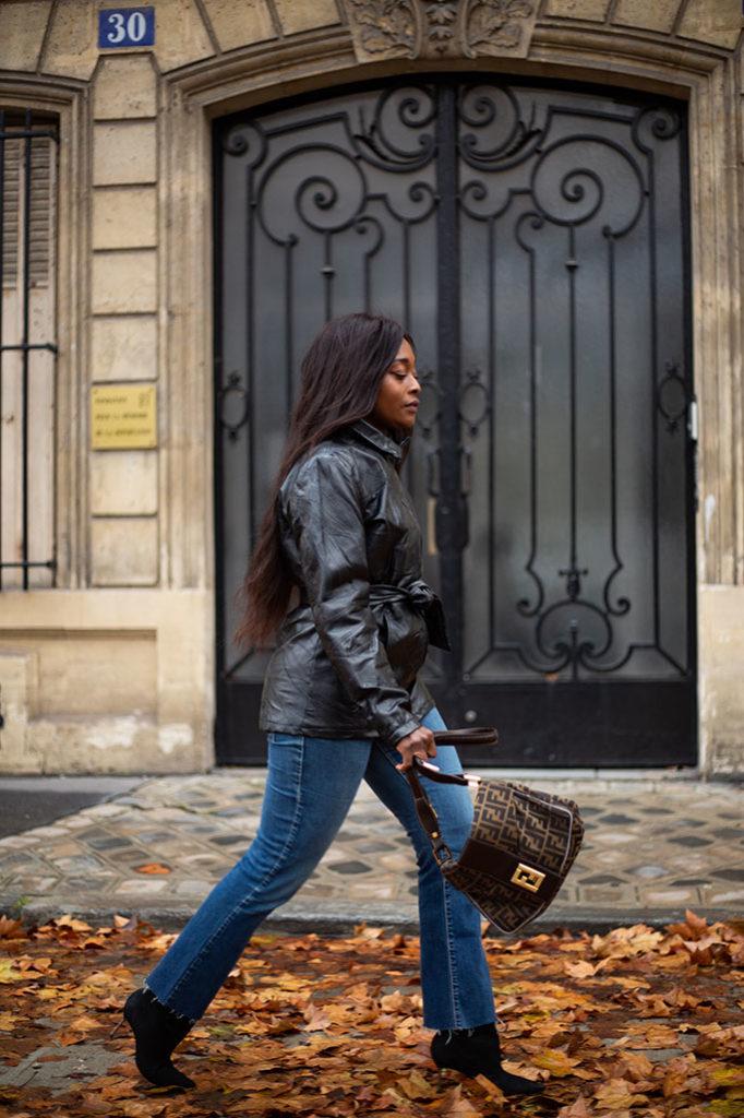look des parisiennes avec blazer et jean levis