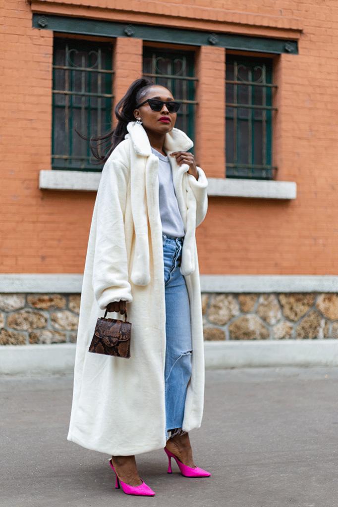 Look-décalé-avec-un-manteau-oversize